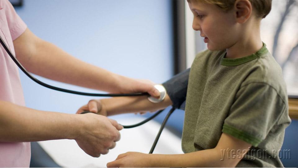 Sử dụng máy đo huyết áp tại nhà là cách bảo vệ sức khoẻ trẻ em
